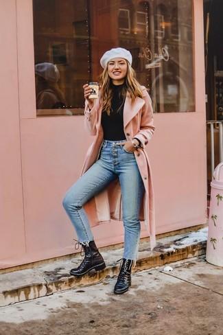 Combinar unas botas planas con cordones de cuero negras: Ponte un abrigo rosado y unos vaqueros pitillo celestes para cualquier sorpresa que haya en el día. Si no quieres vestir totalmente formal, usa un par de botas planas con cordones de cuero negras.