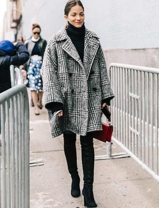 Combinar un abrigo de tartán gris estilo casual elegante: Haz de un abrigo de tartán gris y unos vaqueros pitillo azules tu atuendo para conseguir una apariencia relajada pero chic. Botas sobre la rodilla de ante negras son una opción buena para completar este atuendo.