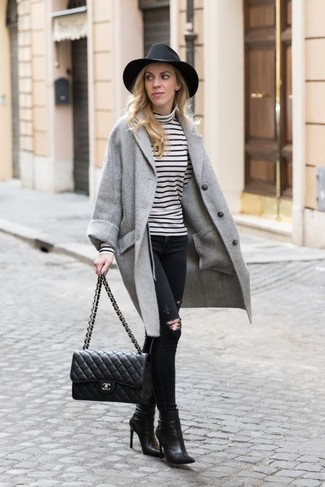 Cómo combinar: botines de cuero negros, vaqueros pitillo desgastados negros, jersey de cuello alto de rayas horizontales en blanco y negro, abrigo gris