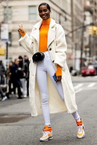 Cómo combinar: zapatillas altas naranjas, vaqueros pitillo blancos, jersey de cuello alto naranja, abrigo de forro polar blanco
