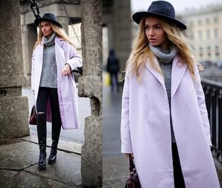 Cómo combinar: botas de caña alta de cuero negras, vaqueros pitillo negros, jersey de cuello alto de punto gris, abrigo violeta claro