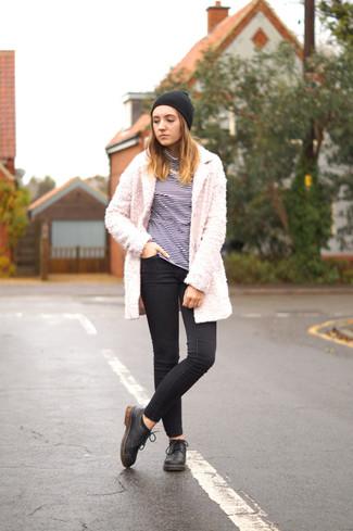 Combinar un collar blanco en clima frío: Usa un abrigo de forro polar rosado y un collar blanco transmitirán una vibra libre y relajada. Opta por un par de zapatos brogue de cuero negros para destacar tu lado más sensual.