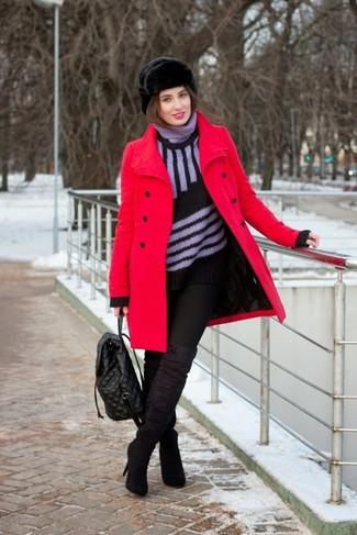 Cómo combinar: botas sobre la rodilla de ante negras, vaqueros pitillo negros, jersey de cuello alto de rayas verticales negro, abrigo rojo