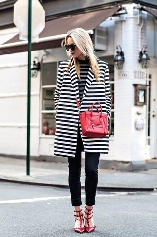 Cómo combinar: zapatos de tacón de cuero con tachuelas rojos, vaqueros pitillo negros, jersey de cuello alto de rayas horizontales gris, abrigo de rayas horizontales en blanco y negro