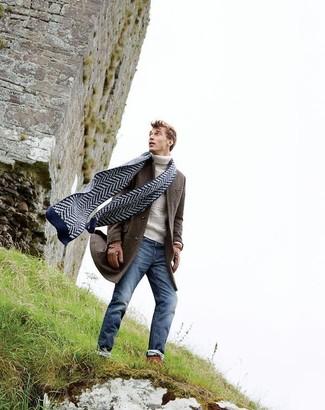 Cómo combinar: bufanda en zig zag azul marino, vaqueros pitillo azules, jersey de cuello alto de punto blanco, abrigo largo en marrón oscuro