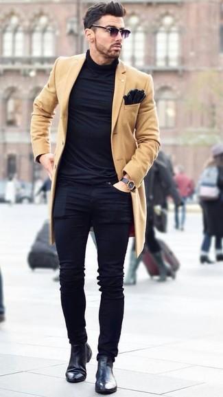 Cómo combinar: botines chelsea de cuero negros, vaqueros pitillo negros, jersey de cuello alto negro, abrigo largo marrón claro