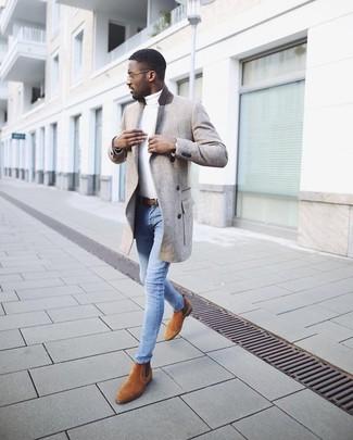 Cómo combinar: botines chelsea de ante en tabaco, vaqueros pitillo celestes, jersey de cuello alto blanco, abrigo largo gris