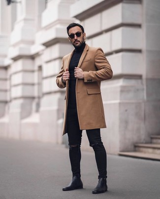 Cómo combinar: botines chelsea de cuero negros, vaqueros pitillo desgastados negros, jersey de cuello alto negro, abrigo largo marrón claro