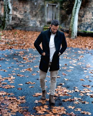 Cómo combinar: botines chelsea de ante en gris oscuro, vaqueros pitillo desgastados grises, jersey de cuello alto blanco, abrigo largo negro