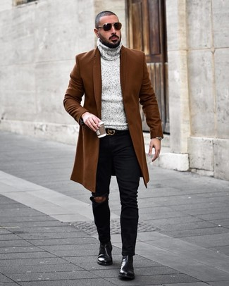 Cómo combinar: botines chelsea de cuero negros, vaqueros pitillo desgastados negros, jersey de cuello alto de punto gris, abrigo largo marrón