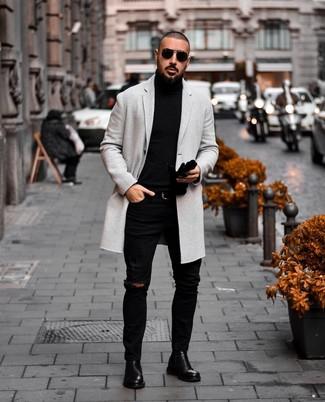 Cómo combinar: botines chelsea de cuero negros, vaqueros pitillo desgastados negros, jersey de cuello alto negro, abrigo largo gris