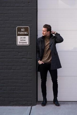 Combinar un jersey de cuello alto marrón: Casa un jersey de cuello alto marrón junto a unos vaqueros pitillo negros para una vestimenta cómoda que queda muy bien junta. Con el calzado, sé más clásico y usa un par de botas casual de cuero negras.