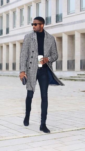 Combinar un abrigo largo de espiguilla gris: Elige un abrigo largo de espiguilla gris y unos vaqueros pitillo azul marino para conseguir una apariencia relajada pero elegante. ¿Te sientes ingenioso? Dale el toque final a tu atuendo con botines chelsea de ante negros.