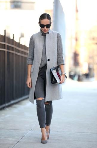 Cómo combinar: zapatos de tacón de ante grises, vaqueros pitillo desgastados en gris oscuro, jersey de cuello alto de punto gris, abrigo sin mangas gris