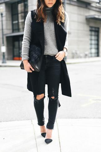 Cómo combinar: zapatos de tacón de ante negros, vaqueros pitillo desgastados negros, jersey de cuello alto de punto gris, abrigo sin mangas negro