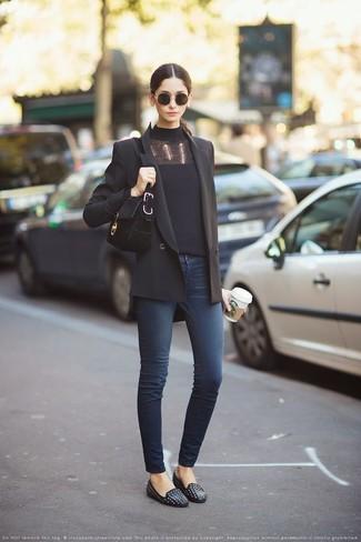 Cómo combinar: mocasín de cuero con tachuelas negros, vaqueros pitillo azul marino, jersey de cuello alto negro, blazer cruzado negro