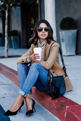 Combinar un blazer de lana marrón claro: Considera emparejar un blazer de lana marrón claro junto a unos vaqueros pitillo azules para crear una apariencia elegante y glamurosa. Zapatos de tacón de ante negros son una opción muy buena para completar este atuendo.