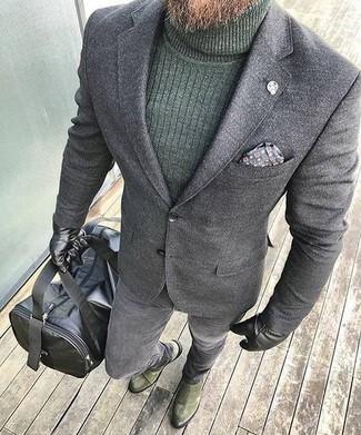Cómo combinar: botines chelsea de ante verde oliva, vaqueros pitillo grises, jersey de cuello alto verde oscuro, blazer de lana gris