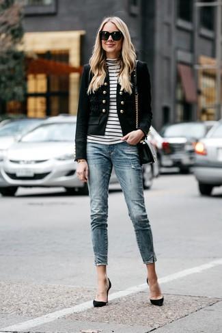 Cómo combinar: zapatos de tacón de ante negros, vaqueros pitillo azules, jersey de cuello alto de rayas horizontales en blanco y negro, blazer con adornos negro