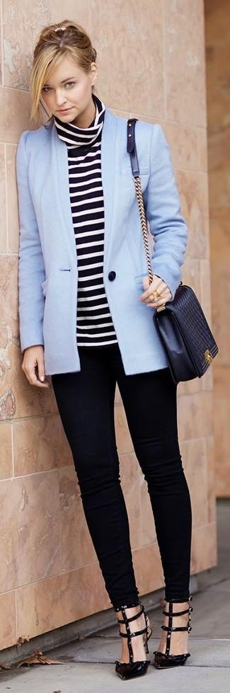 Outfits mujeres: Para un atuendo que esté lleno de caracter y personalidad usa un blazer celeste y unos vaqueros pitillo negros. Zapatos de tacón de cuero negros son una opción buena para completar este atuendo.