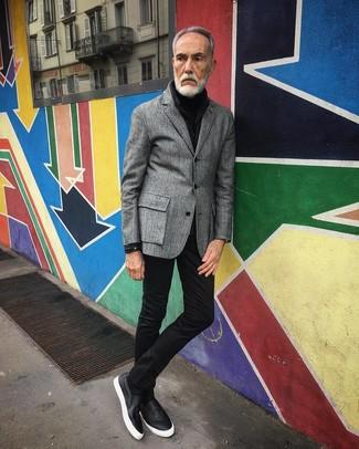Cómo combinar: zapatillas slip-on de cuero negras, vaqueros pitillo negros, jersey de cuello alto negro, blazer de lana gris
