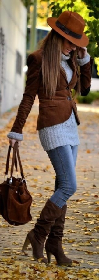 Combinar unas botas de caña alta de ante marrónes: Opta por un blazer de pana marrón y unos vaqueros pitillo azules para crear una apariencia elegante y glamurosa. Botas de caña alta de ante marrónes son una opción muy buena para completar este atuendo.
