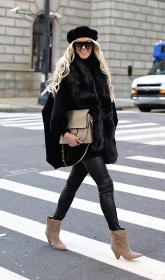 Cómo combinar: botines de ante en beige, vaqueros pitillo de cuero negros, jersey de cuello alto negro, capa negra