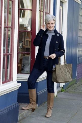 Cómo combinar: botas de caña alta de cuero marrón claro, vaqueros pitillo azul marino, jersey de cuello alto gris, cárdigan de punto azul marino