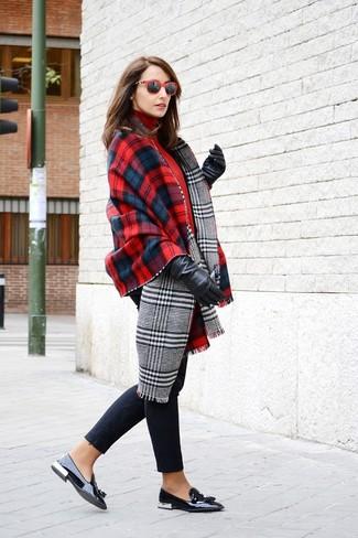 Cómo combinar: mocasín con borlas de cuero negro, vaqueros pitillo negros, jersey de cuello alto rojo, chal de tartán en rojo y azul marino