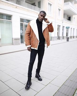 Cómo combinar: botas casual de cuero negras, vaqueros pitillo negros, jersey de cuello alto negro, chaqueta de piel de oveja marrón