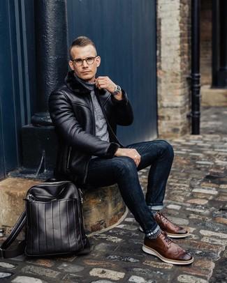 Cómo combinar: zapatos brogue de cuero marrónes, vaqueros pitillo azul marino, jersey de cuello alto gris, chaqueta de piel de oveja negra