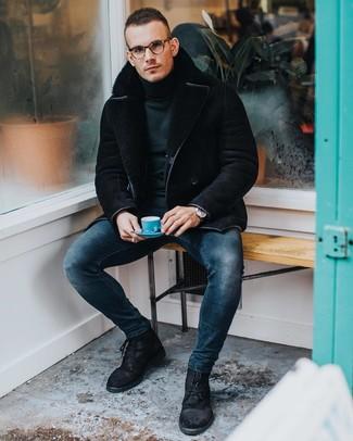 Cómo combinar: botas casual de ante negras, vaqueros pitillo azul marino, jersey de cuello alto verde oscuro, chaqueta de piel de oveja negra