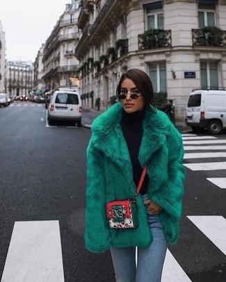 Cómo combinar: bolso bandolera de cuero estampado en multicolor, vaqueros pitillo celestes, jersey de cuello alto negro, chaqueta de piel verde