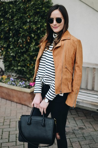 Cómo combinar: bolsa tote de cuero negra, vaqueros pitillo desgastados negros, jersey de cuello alto de rayas horizontales en blanco y negro, chaqueta motera de ante marrón claro