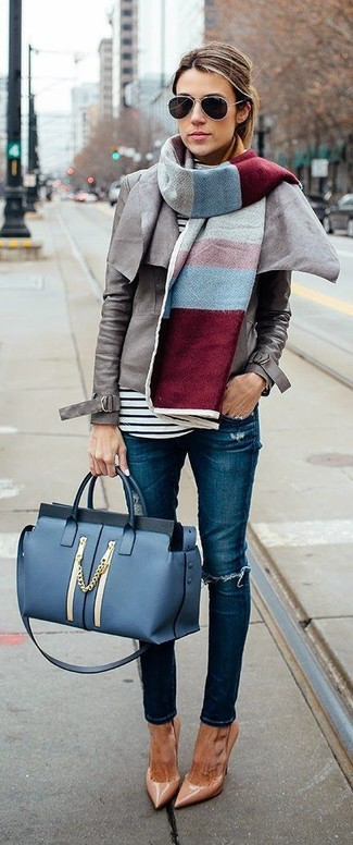 Cómo combinar: zapatos de tacón de cuero marrón claro, vaqueros pitillo desgastados azules, jersey de cuello alto de rayas horizontales en blanco y negro, chaqueta motera de cuero gris