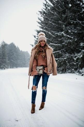 Cómo combinar: botines de ante marrónes, vaqueros pitillo desgastados azul marino, jersey de cuello alto de punto marrón, chaqueta motera de lana marrón claro
