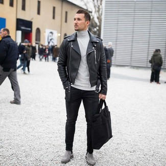 Cómo combinar: botines chelsea de ante grises, vaqueros pitillo negros, jersey de cuello alto gris, chaqueta motera de cuero negra