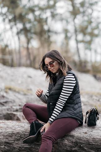Combinar una chaqueta sin mangas acolchada negra: Para un atuendo tan cómodo como tu sillón equípate una chaqueta sin mangas acolchada negra con unos vaqueros pitillo burdeos. Opta por un par de botines con cordones de ante negros para destacar tu lado más sensual.