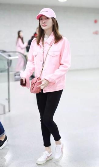 Cómo combinar: tenis de cuero blancos, vaqueros pitillo negros, jersey de cuello alto en beige, chaqueta vaquera rosada