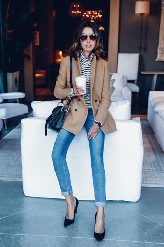 Cómo combinar: zapatos de tacón de ante negros, vaqueros pitillo azules, jersey de cuello alto de rayas horizontales en blanco y negro, chaquetón marrón claro