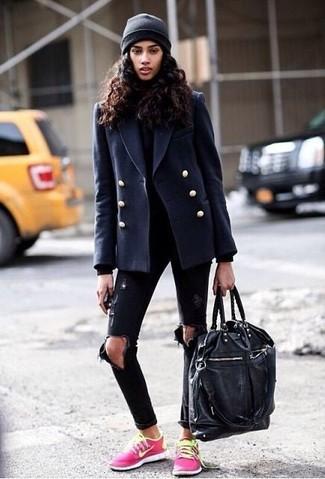 Combinar un chaquetón azul marino: Ponte un chaquetón azul marino y unos vaqueros pitillo desgastados negros para un almuerzo en domingo con amigos. Si no quieres vestir totalmente formal, complementa tu atuendo con tenis rosa.