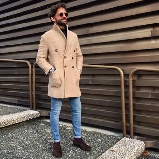 Cómo combinar: zapatos oxford de ante en marrón oscuro, vaqueros pitillo azules, jersey de cuello alto con cremallera negro, abrigo largo en beige