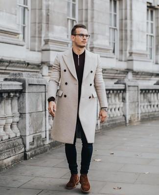 Cómo combinar: botines chelsea de ante marrónes, vaqueros pitillo azul marino, jersey de cuello alto con cremallera morado oscuro, abrigo largo en beige