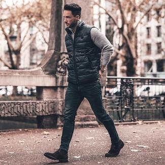 Combinar unos vaqueros pitillo azul marino: Empareja un chaleco de abrigo negro con unos vaqueros pitillo azul marino para lidiar sin esfuerzo con lo que sea que te traiga el día. Con el calzado, sé más clásico y elige un par de botas formales de ante negras.