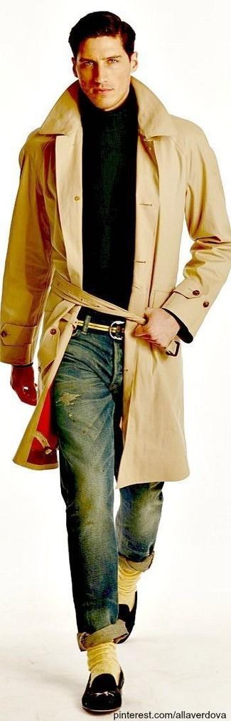 Cómo combinar: mocasín de cuero negro, vaqueros pitillo desgastados azules, jersey de cuello alto verde oscuro, gabardina marrón claro