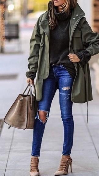 Cómo combinar: zapatos de tacón de ante en beige, vaqueros pitillo desgastados azules, jersey de cuello alto de punto en gris oscuro, parka con cola de pez verde oliva