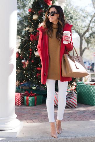 Cómo combinar: zapatos de tacón de cuero en beige, vaqueros pitillo blancos, jersey de cuello alto en tabaco, parka roja