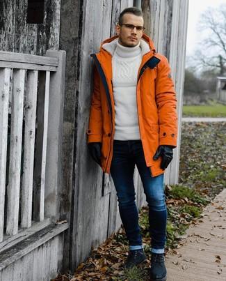 Cómo combinar: botas casual de ante negras, vaqueros pitillo azul marino, jersey de cuello alto de lana de punto blanco, parka naranja