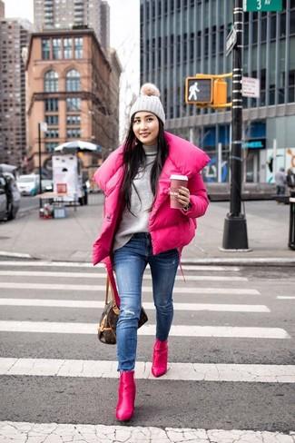 Cómo combinar: botines de cuero rosa, vaqueros pitillo desgastados azules, jersey de cuello alto gris, plumífero rosa