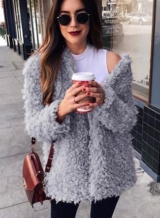 Cómo combinar: bolso bandolera de cuero burdeos, vaqueros pitillo negros, jersey de cuello alto sin mangas blanco, abrigo de forro polar gris